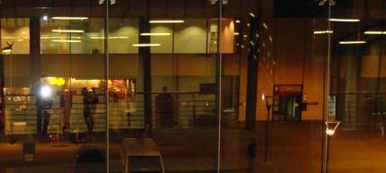 Κρυμμένος πίσω από την φωτογραφική λάμψη. Gare du Midi- της πόλης μου, πλησιάζουν μεσάνυχτα.  Στις αφίξεις από Λονδίνο....