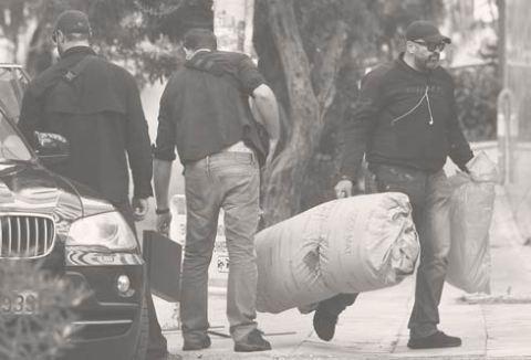 Με τις βαλίτσες τους, τα σακκίδιά τους, τα sleeping bags τους (δύσκολο πράγμα το ράντζο). Οι εκπρόσωποι του ΑΝΤ1 προχώρησαν και ένα βήμα πιο πέρα: είχαν ...