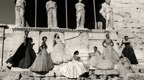 Oταν ο Nτιορ φωτογράφιζε τις δημιουργίες του στον Παρθενώνα, 66 χρόνια πριν...